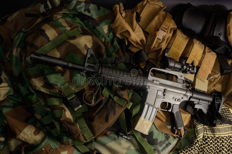 Espingarda de assalto, pistola, granada com os equipamentos táticos da caixa e munição fotos de stock royalty free