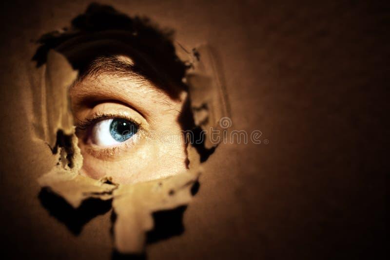 Espionnage masculin de yeux photographie stock