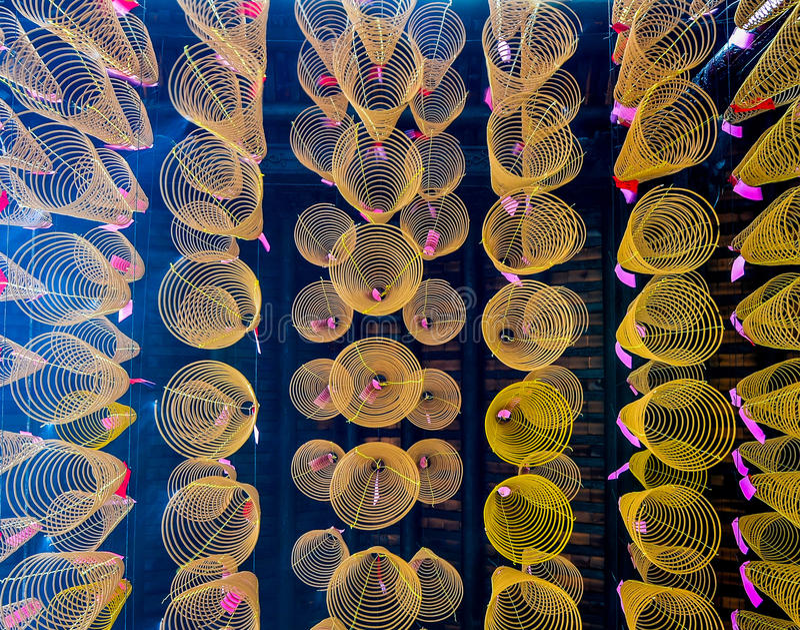 Espirais do incenso no pagode de Quan Am, Vietname fotografia de stock