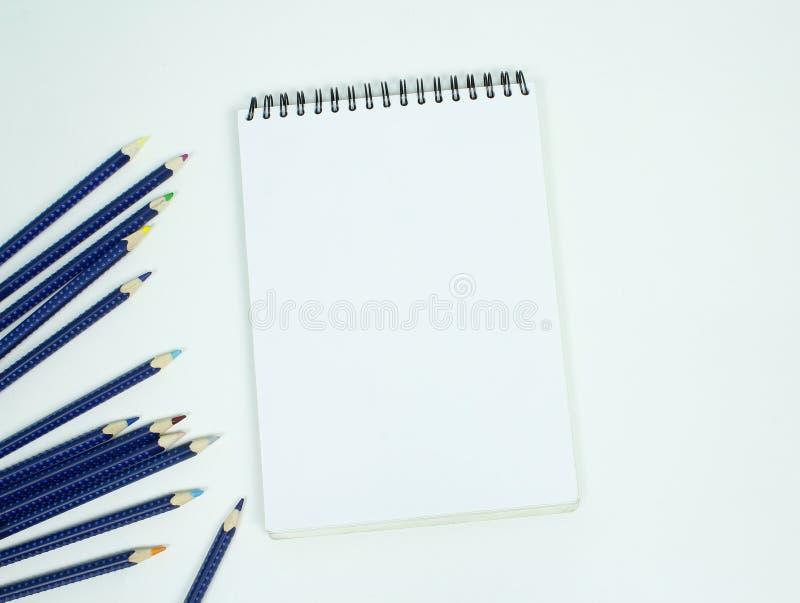 Espiral branca vazia - almofada de papel encadernada do desenho com lápis da cor É fotografia de stock