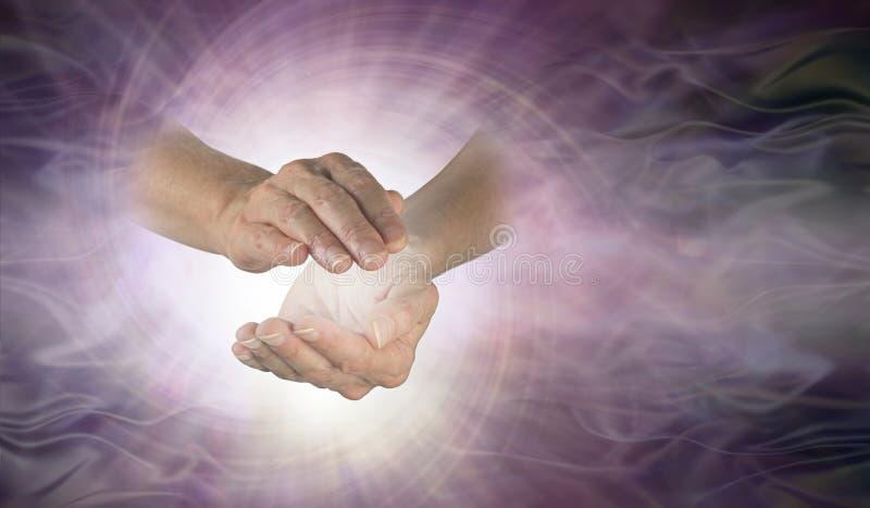 Espiral de canalización del vórtice entre las manos imagen de archivo
