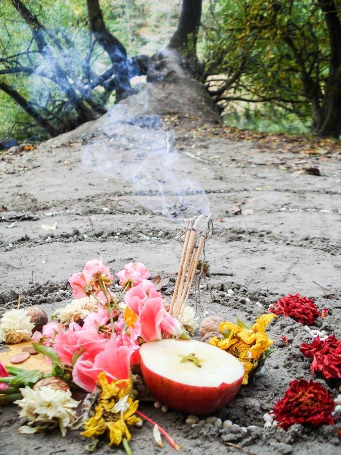 A espiral mágica trabalha ao lado de um lago, altar do wicca Religião pagão foto de stock royalty free