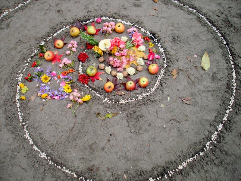 A espiral mágica trabalha ao lado de um lago, altar do wicca Religião pagão fotografia de stock royalty free