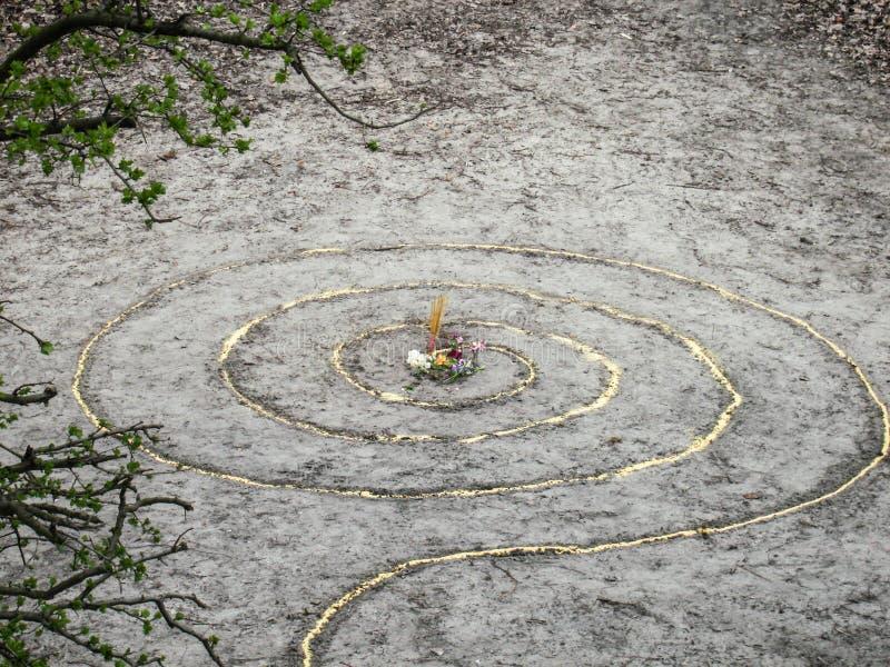 A espiral mágica trabalha o altar do wicca Religião pagão foto de stock