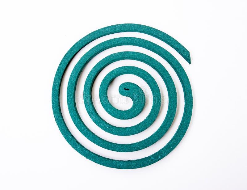 Espiral verde de la bobina del mosquito aislado en el fondo blanco foto de archivo libre de regalías