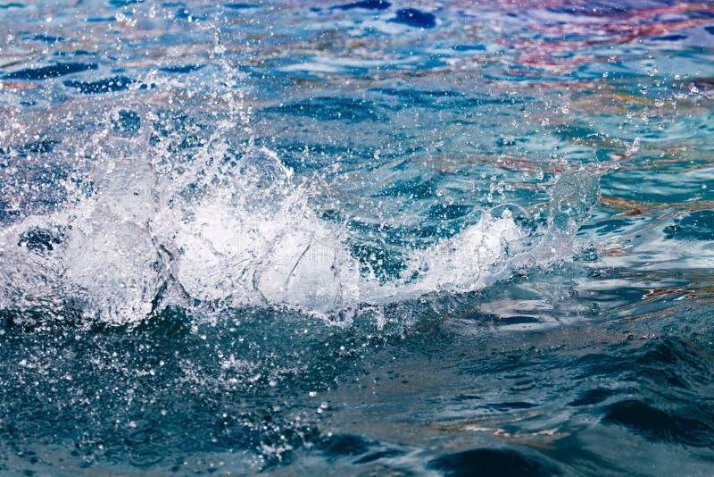 Espirrando a água na associação como um fundo fotos de stock