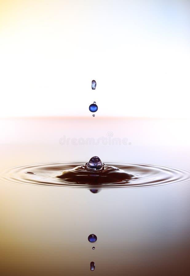 Espirrando gotas da água ilustração do vetor