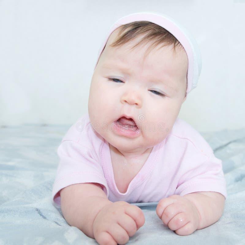 Espirrando o olhar do retrato do bebê engraçado imagem de stock royalty free