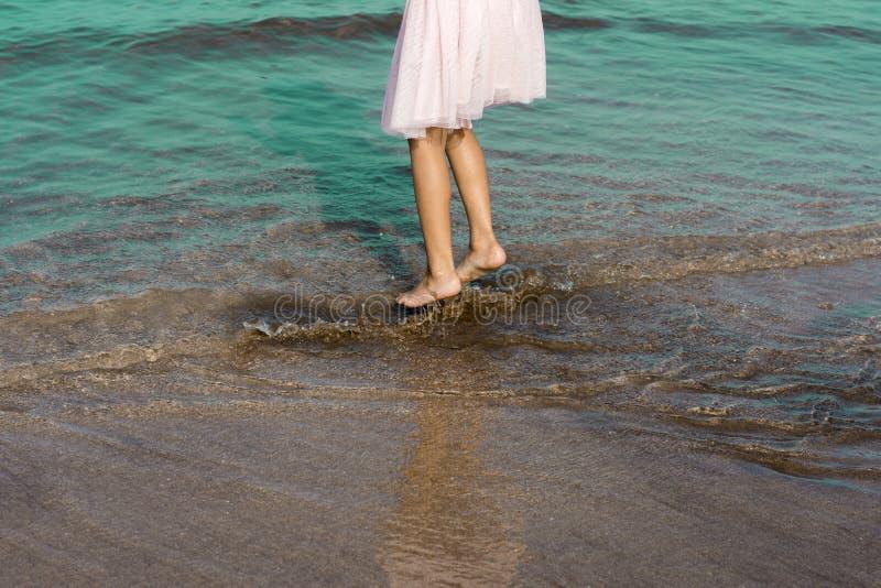 Espirrando o tempo do divertimento na água do mar imagem de stock royalty free