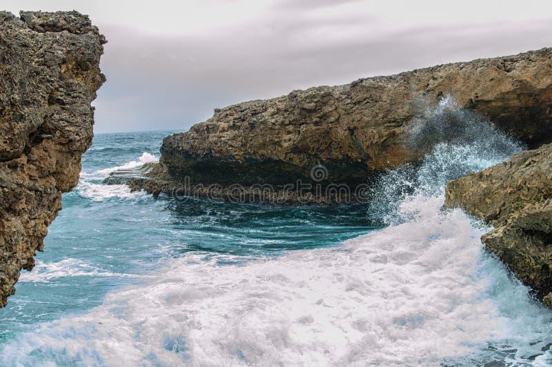 Espirrar acena em um litoral áspero e rochoso imagens de stock royalty free