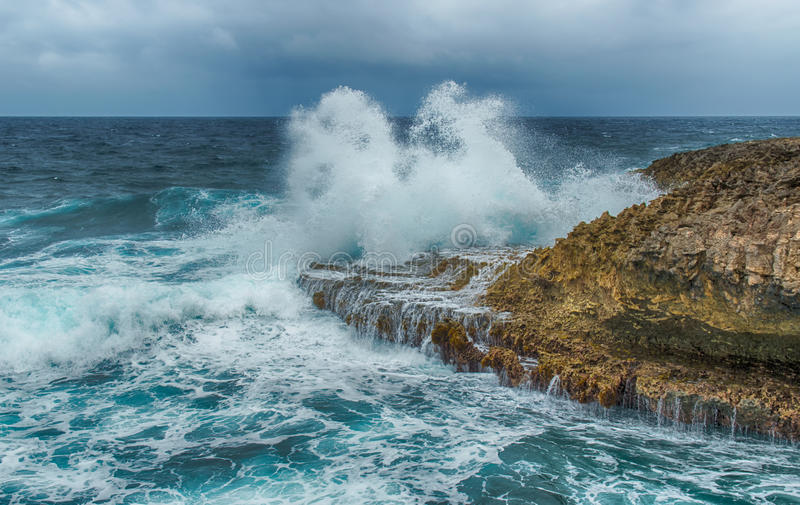 Espirrar acena em um litoral áspero e rochoso imagem de stock royalty free