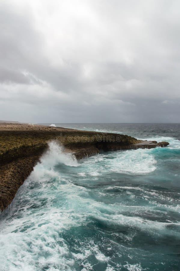 Espirrar acena em um litoral áspero e rochoso foto de stock royalty free