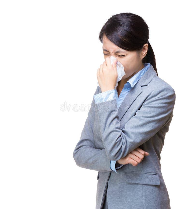 Espirro da mulher de negócios de Ásia foto de stock