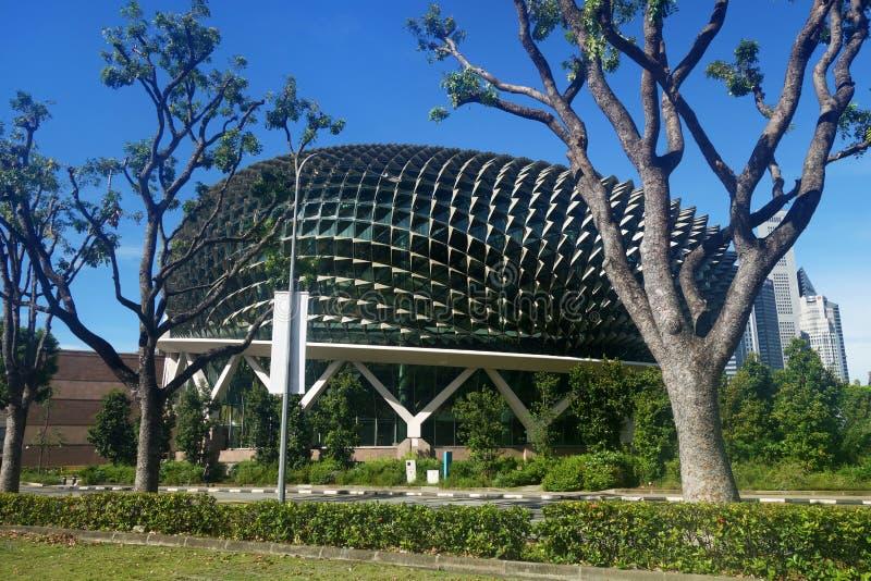 Esplanada teatry na zatoce z niebieskim niebem w Singapur obrazy stock