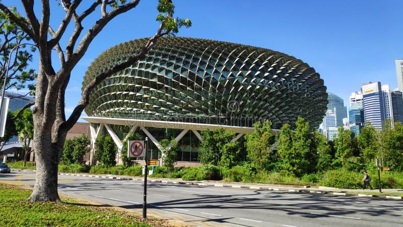 Esplanada teatry na zatoce z niebieskim niebem w Singapur fotografia royalty free