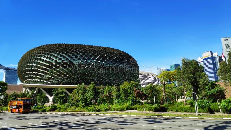 Esplanada teatry na zatoce z niebieskim niebem w Singapur obraz stock