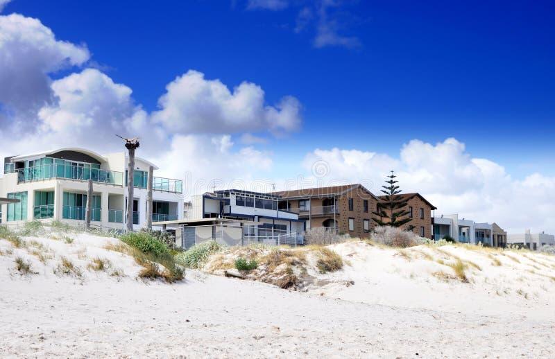 Esplanade σπίτια και σπίτια οδών που αγνοούν την όμορφη άσπρη αμμώδη παραλία στοκ φωτογραφία με δικαίωμα ελεύθερης χρήσης