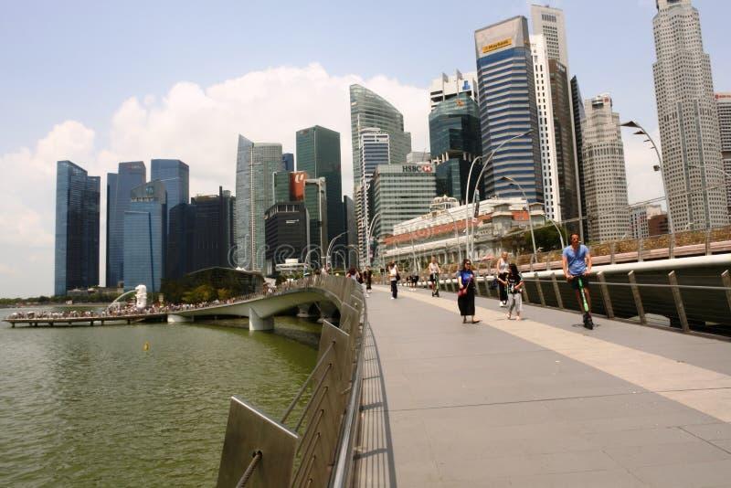 Esplanade bridge med skyskrapor runt den, Singapore royaltyfri foto