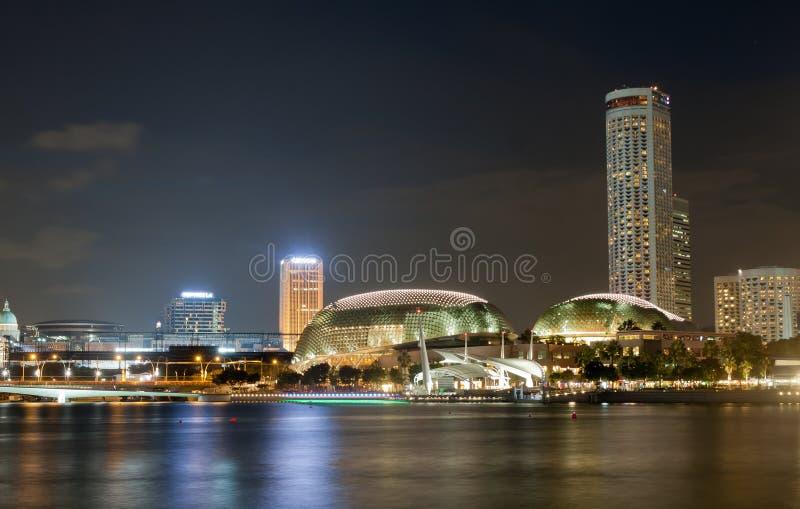 Esplanade-Theater auf der Bucht in Singapur, mit schöner Wasserreflexion lizenzfreies stockbild