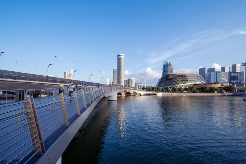 Esplanady Theatre i jubileuszu most w W centrum Singapur mieście Marina Podpalany teren Pieniężni okręgu i drapacza chmur budynki obrazy royalty free