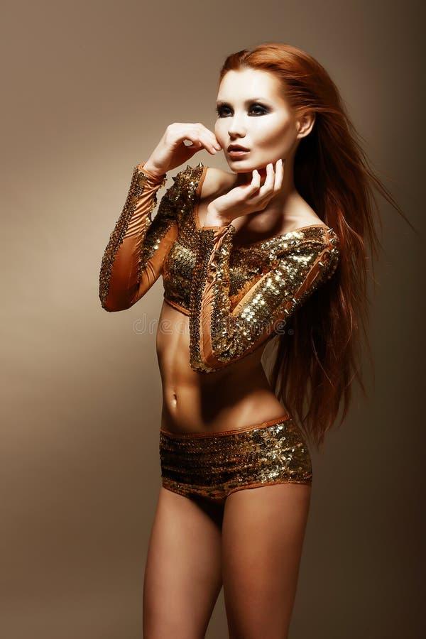 Esplendor. Brilho. Mulher asiática glamoroso em Clubwear dourado imagem de stock royalty free