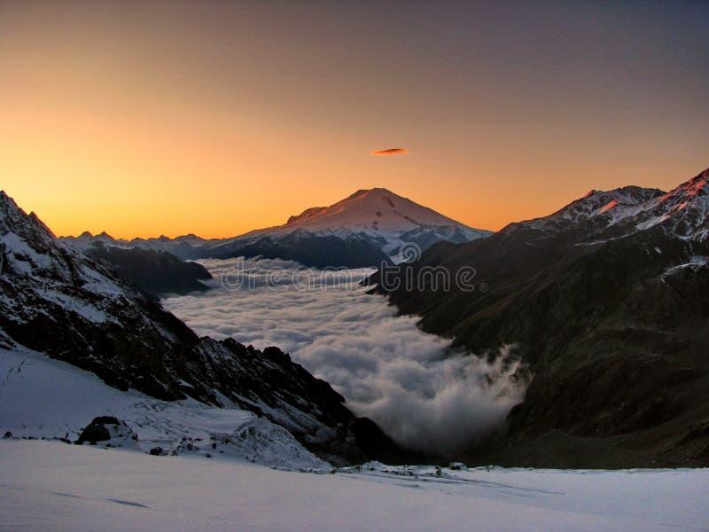 Esplendor del cielo y de las montañas foto de archivo