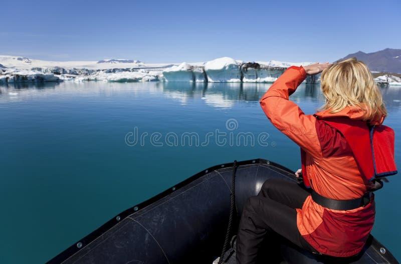 Esploratore della donna nel giacimento dell'iceberg, Islanda fotografia stock libera da diritti