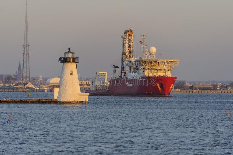 Esploratore di Fugro della nave da perforazione che passa il faro dell'isola del ` s di Palmer fotografia stock