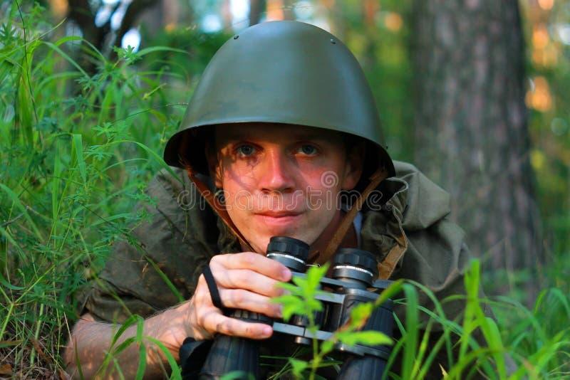 Esploratore in foresta fotografie stock