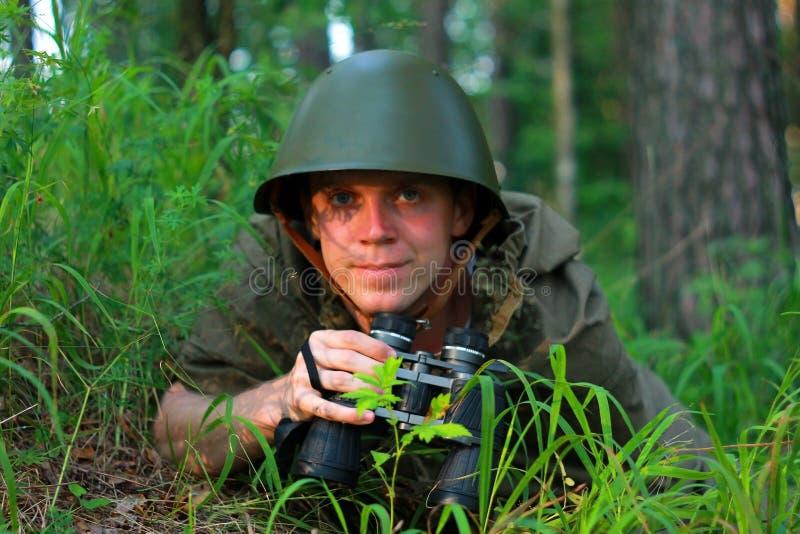 Esploratore in foresta immagini stock libere da diritti