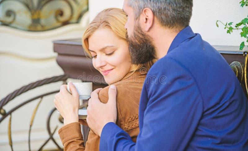 Esplori il caff? ed i luoghi pubblici Coppie adorabili sposate che si rilassano insieme felice insieme Terrazzo stringente a s? d fotografia stock libera da diritti