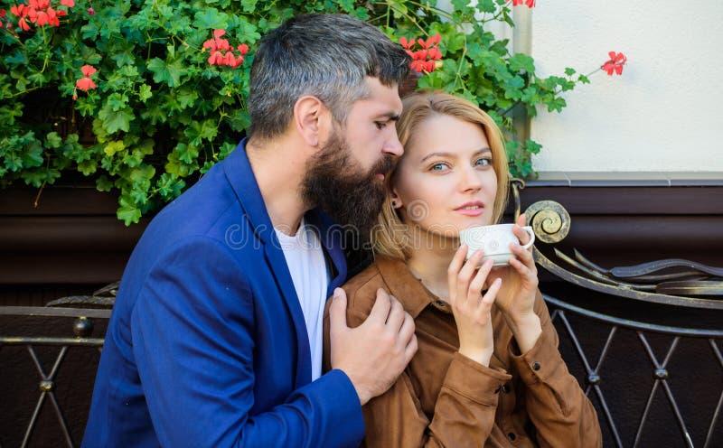 Esplori il caff? ed i luoghi pubblici Terrazzo stringente a s? del caff? delle coppie Le coppie nell'amore si siedono il terrazzo immagini stock libere da diritti