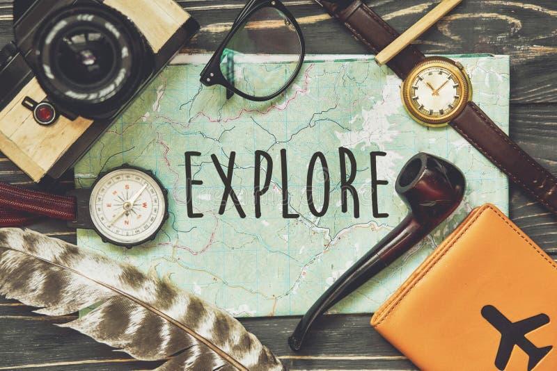 Esplori il concetto del segno del testo sulla mappa concetto di viaggio e di smania dei viaggi, fotografie stock