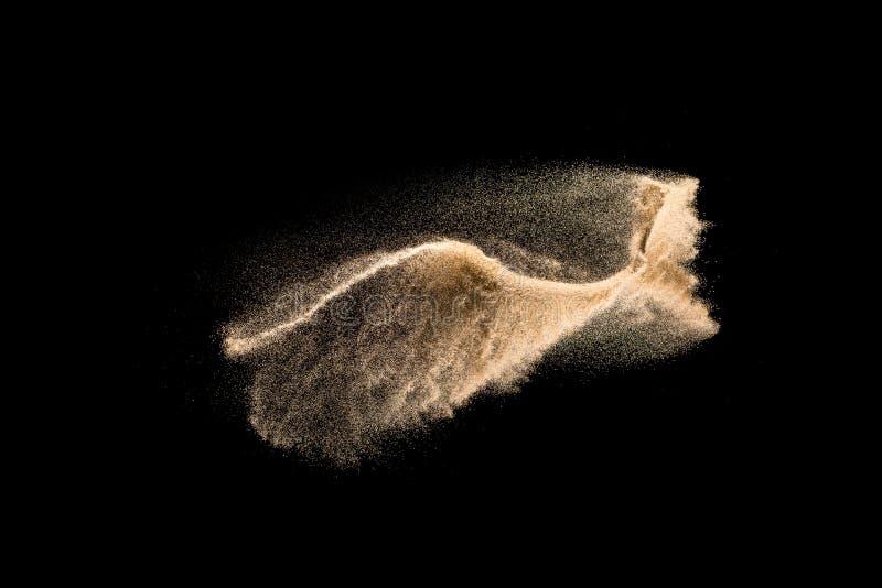 Esplosione asciutta dorata della sabbia del fiume isolata su fondo bianco Spruzzatura astratta della sabbia immagini stock