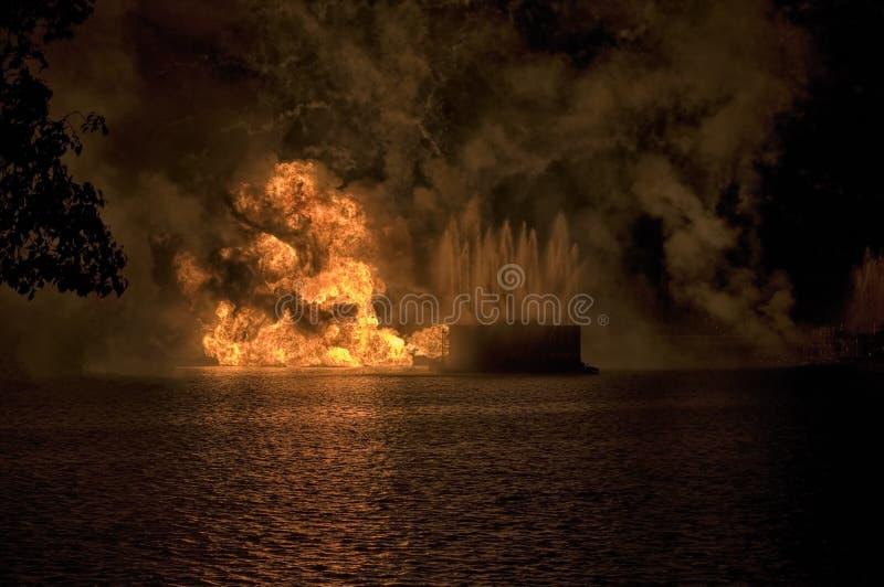 Esplosione della chiatta dei fuochi d'artificio fotografia stock libera da diritti