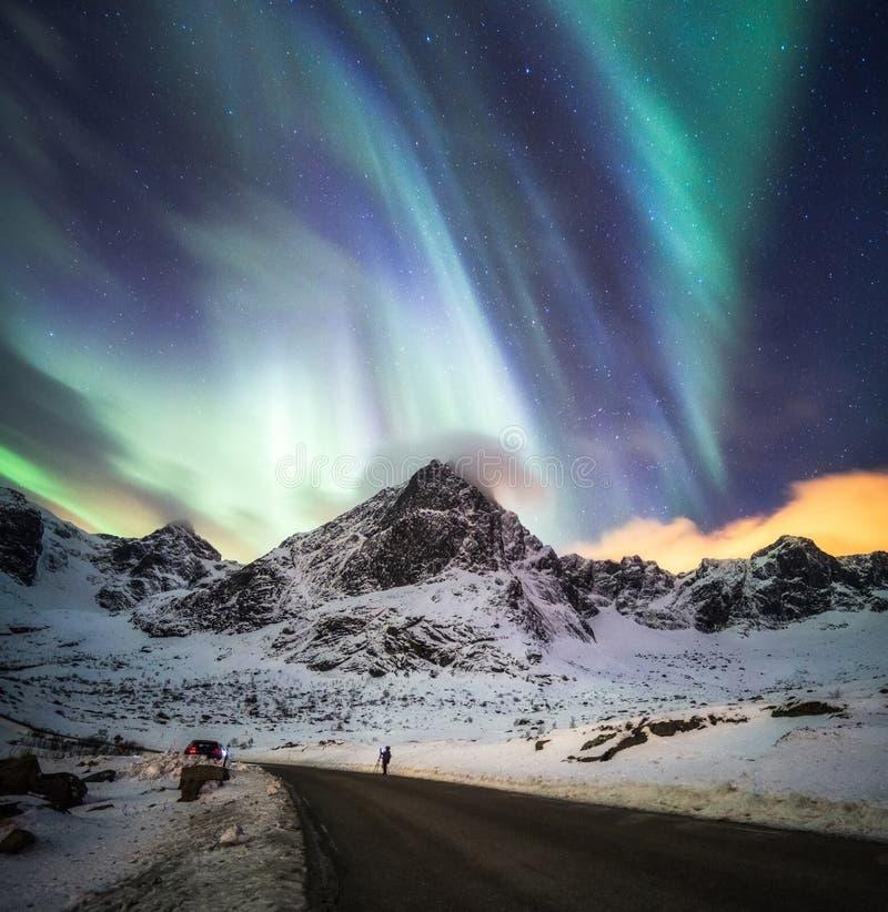 Esplosione di Aurora Borealis (aurora boreale) sopra la montagna della neve immagine stock libera da diritti