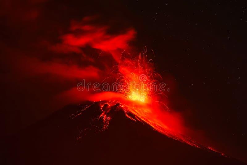 Esplosione di notte del vulcano di Tungurahua fotografia stock