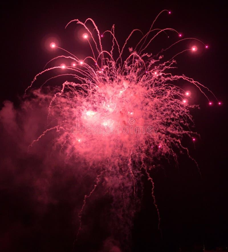 Esplosione e scintille dei fuochi d'artificio fotografia stock