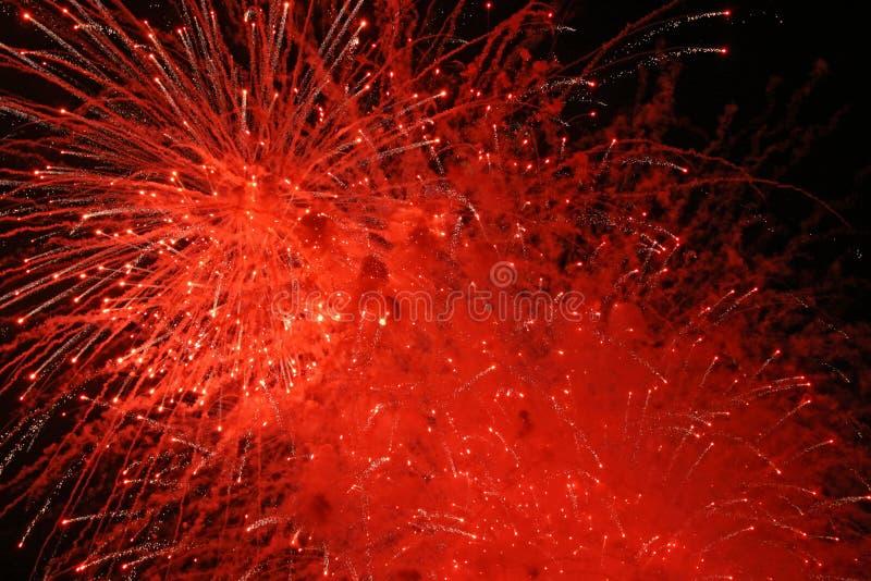Esplosione rossa dei fuochi d'artificio fotografie stock libere da diritti