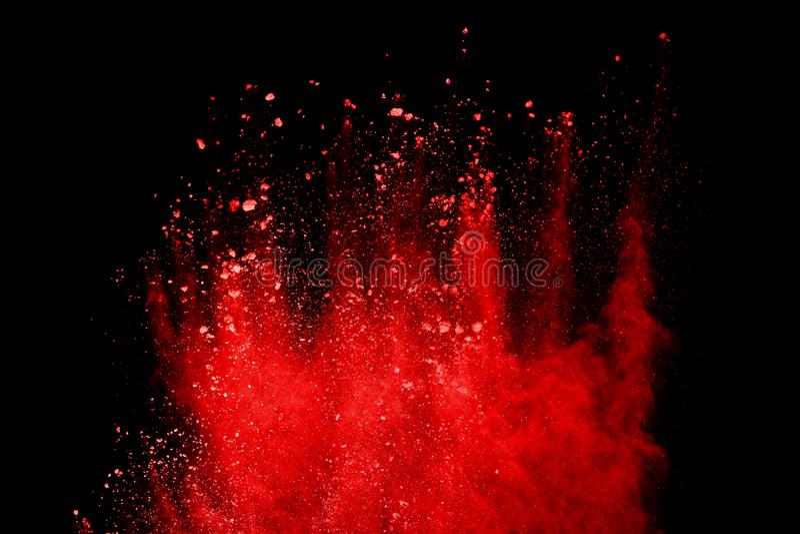 Esplosione rossa della polvere isolata su fondo nero immagine stock