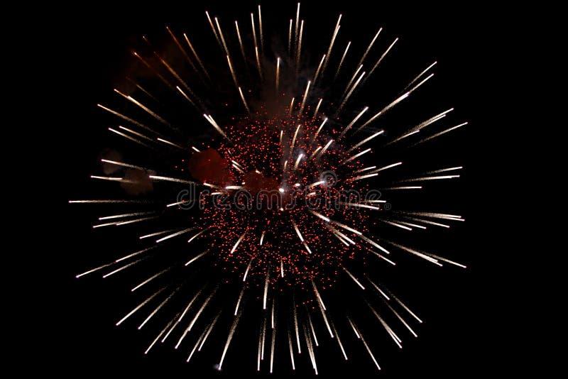 Esplosione rosso-gialla luminosa dei fuochi d'artificio fotografie stock