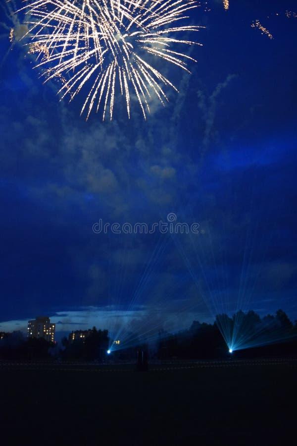 Esplosioni dei fuochi d'artificio nel cielo notturno immagine stock libera da diritti