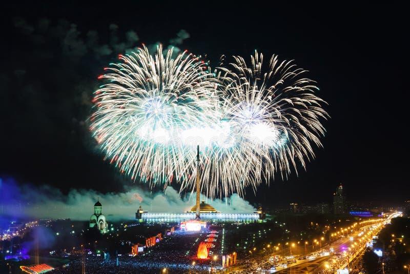 Esplosioni luminose dei fuochi d'artificio in cielo notturno fotografie stock