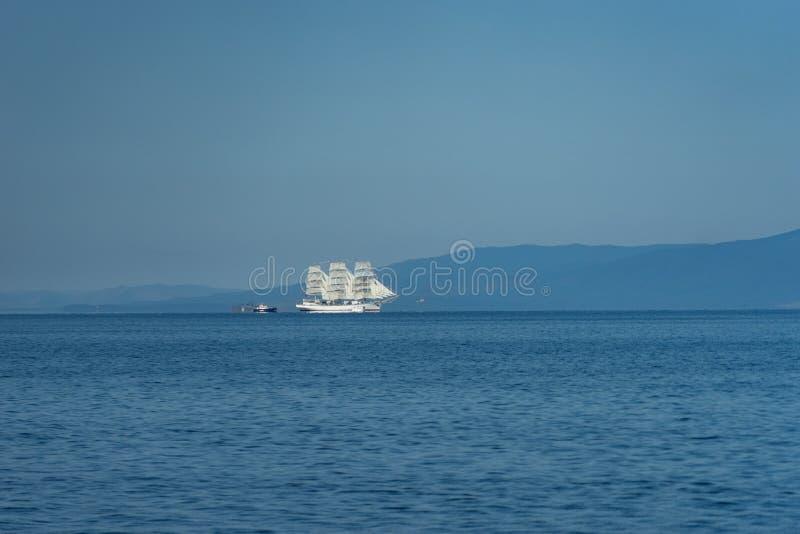 Espoir blanc de voilier contre le paysage de mer photos libres de droits
