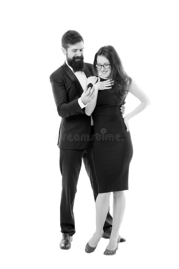 Espoir elle aime l'anneau Proposition de concept de mariage Proposition romantique de bo?te rouge de prise d'homme Vous m'?pouser images stock