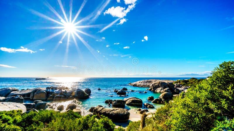 Esponga al sole fondere i suoi raggi sopra i grandi massi del granito ai massi tirano, si dirigono ad una colonia dei pinguini af immagine stock libera da diritti