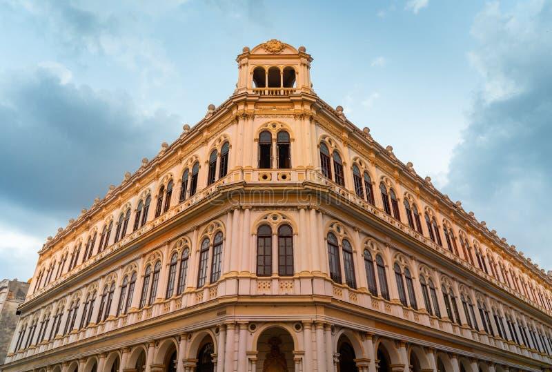 Esponga al sole gli insiemi sull'architettura coloniale cubana immagini stock