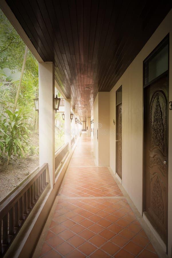 Esponga al sole il raggio e la nebbia sulla mattina in cui cammino a stanza all'hotel immagini stock libere da diritti