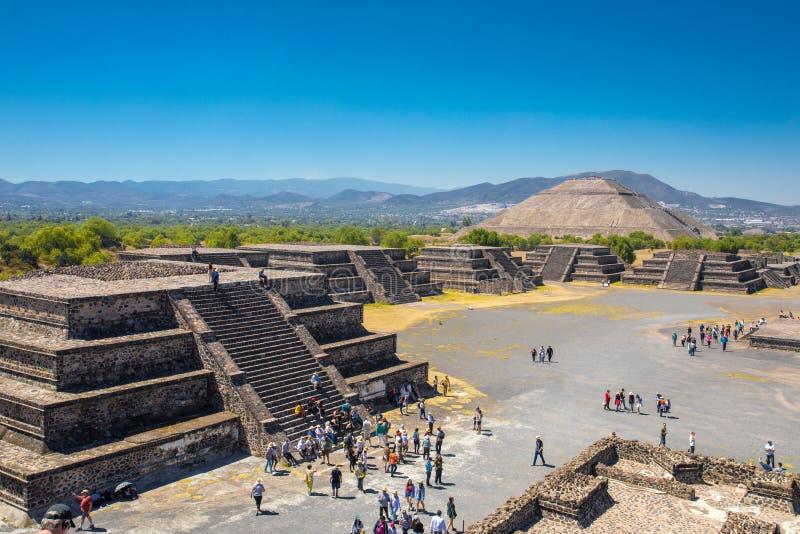 Esponga al sole la piramide nella città antica Teotihuacan Messico di maya, con molte piccole piramidi, vedute dalla piramide del immagini stock