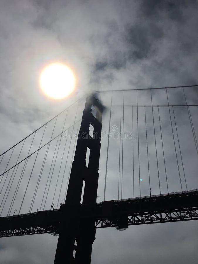 Esponga al sole sopra il Golden Gate Bridege fotografia stock libera da diritti